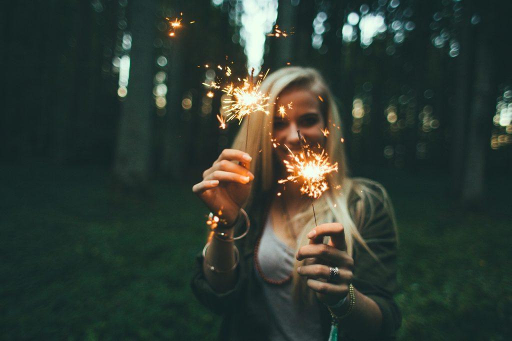 金髪美女が花火をしている写真
