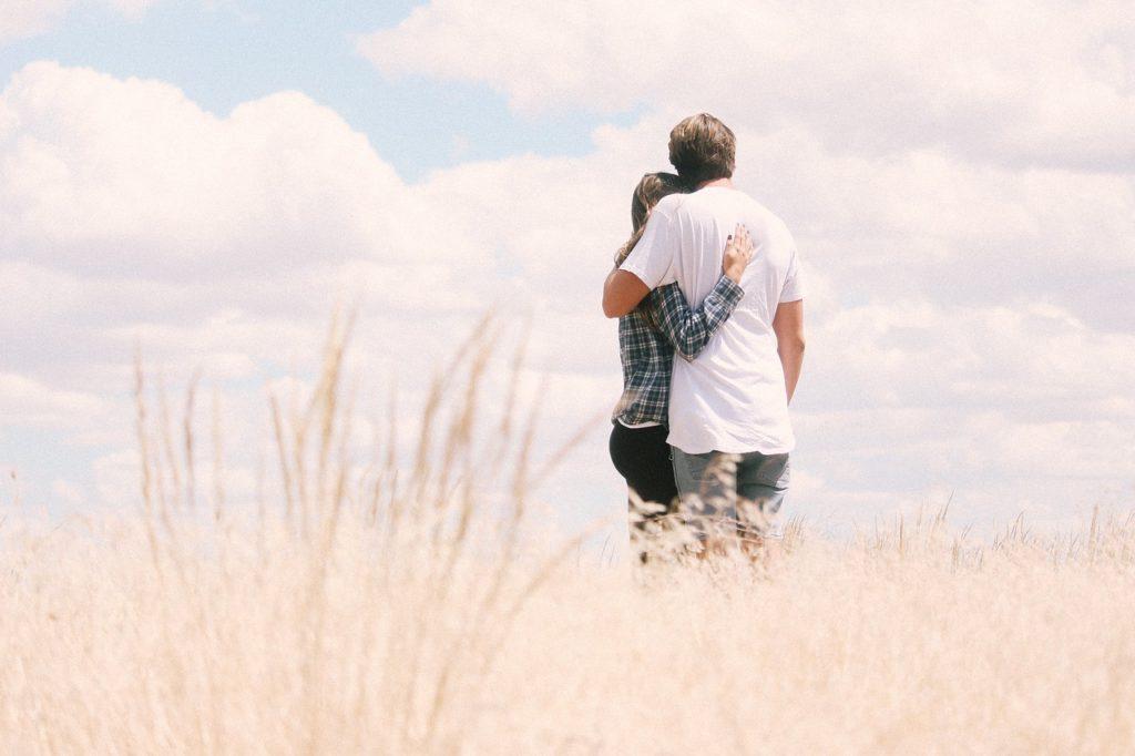 空を見つめるカップル