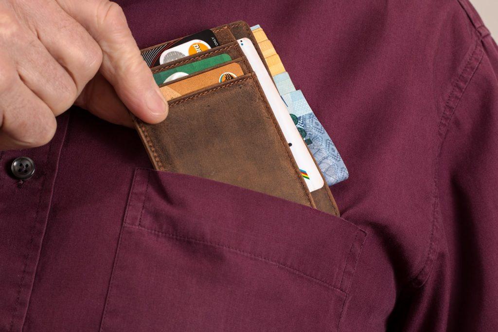 胸ポケットの中のクレジットカード