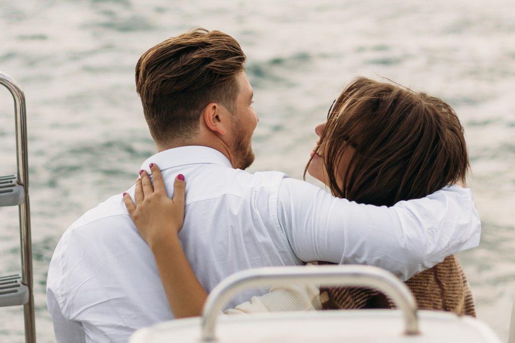 船の上のカップル