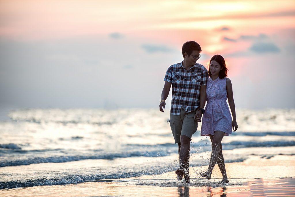 海辺を歩くタイ人カップル