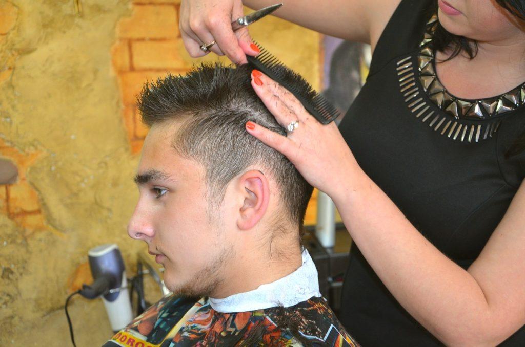 髪を切る男性