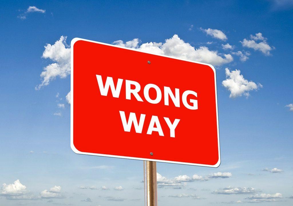 間違った道の標識