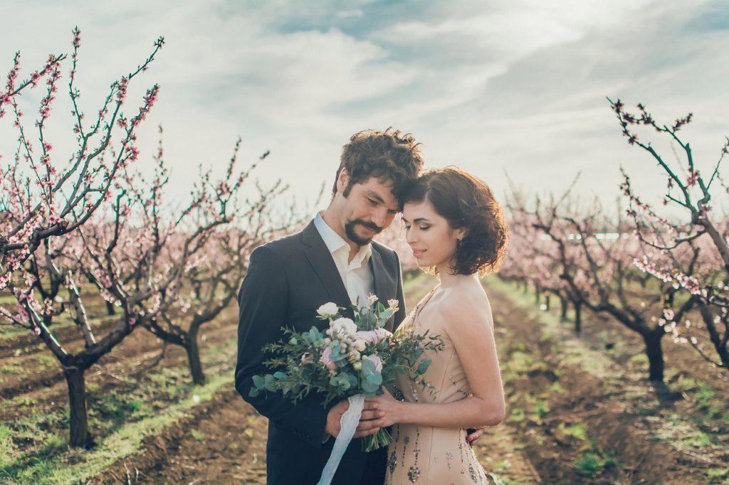 花畑とカップル