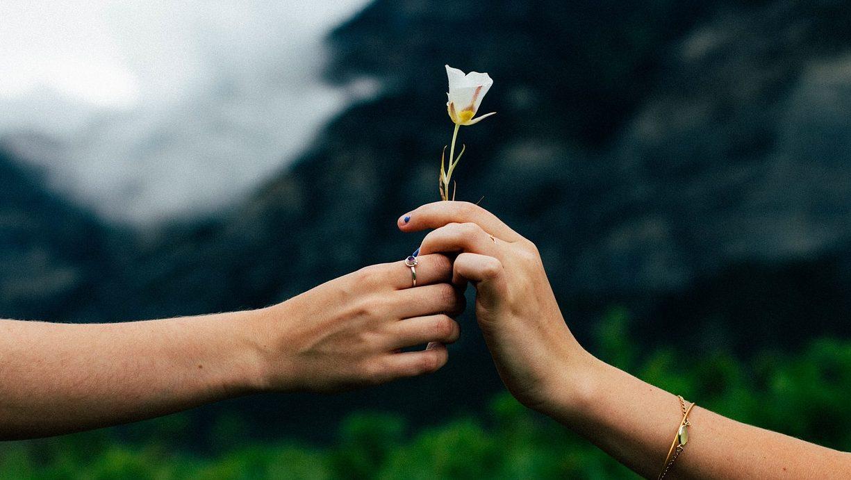 花と男女の手
