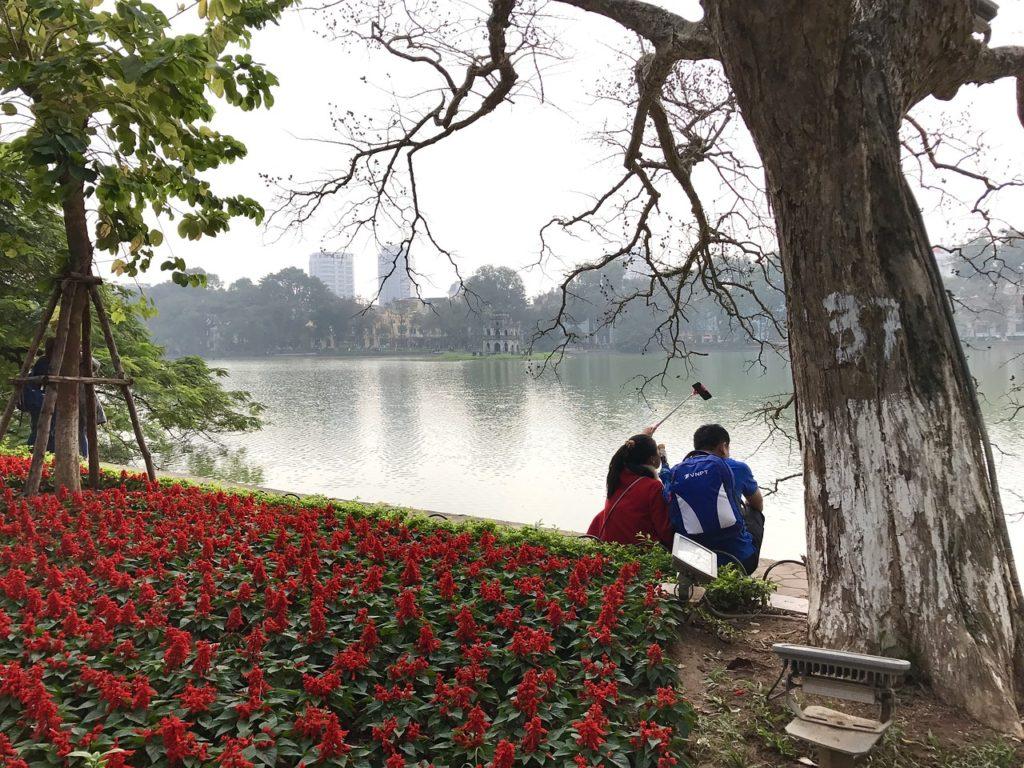 川でデートするカップル