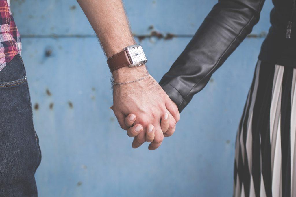 手を繋ぐ外国人