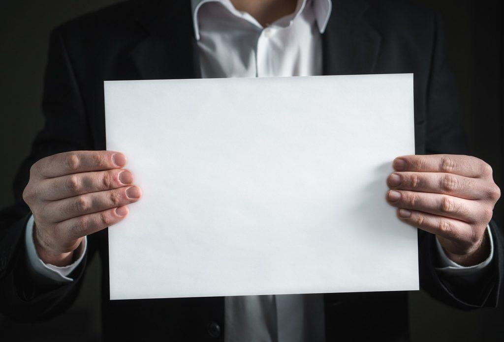 紙を持つ男性