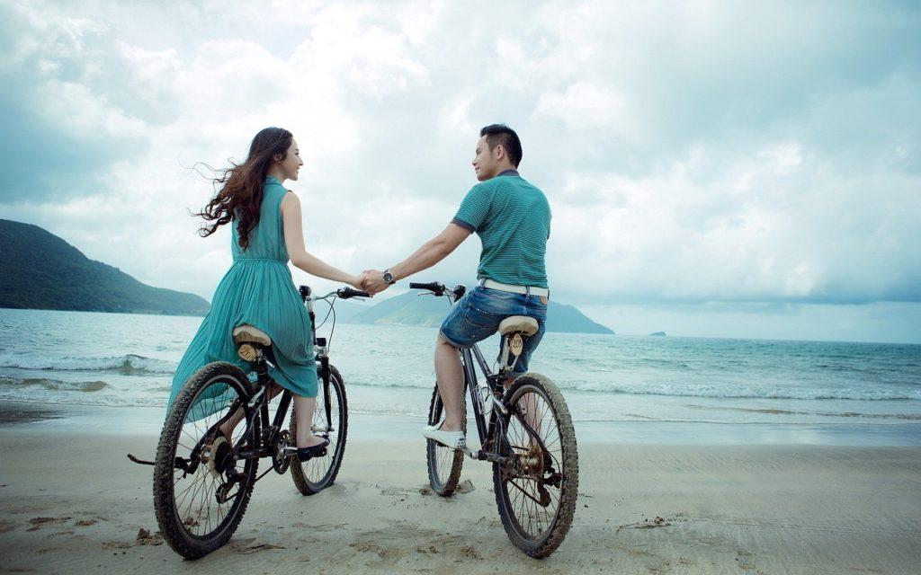 自転車に乗って会話する外国人