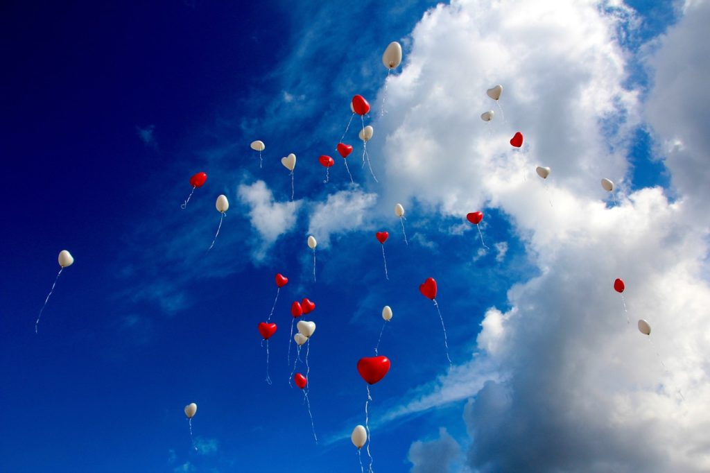 空飛ぶハートの風船